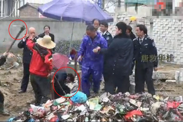 "A villager bludgeons a city management official (""chengguan"") in Hubei."