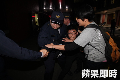 Students invaded the assembly hall, tussled with Legislative Yuan security guards.