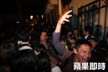 The Legislative Yuan assembly hall was invaded and occupied by the students.