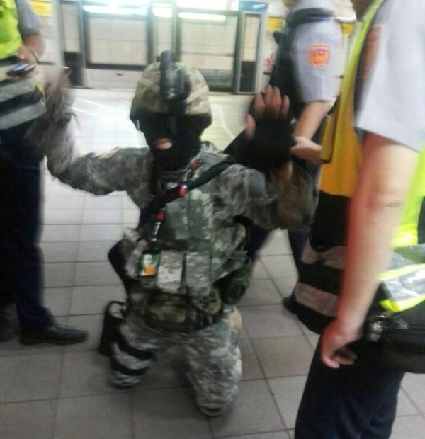 Police shout for the male to kneel down and hold his hands in the air during his arrest. Photo by Ku Jia-Hao from Facebook.
