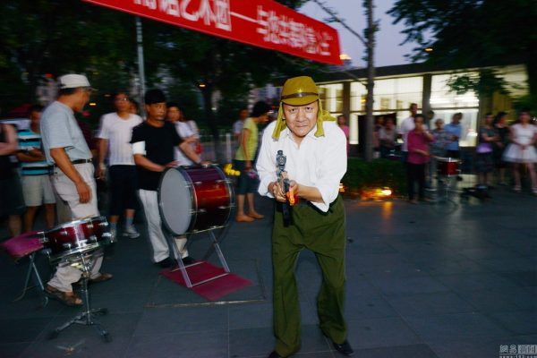 beijing-chinese-aunties-fight-imperial-japanese-devils-toy-guns-street-performance-07