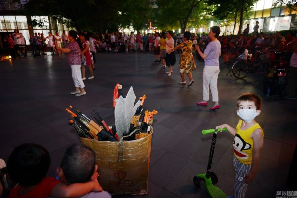 beijing-chinese-aunties-fight-imperial-japanese-devils-toy-guns-street-performance-12