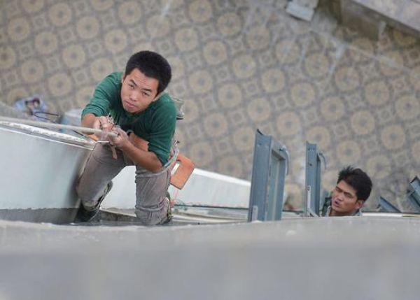 A worker suspended outside a residential building in China had his safety line/rope cut by a child who thought he was too noisy.
