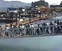 【衝撃映像】大人数で橋を渡る→予想通りの展開w