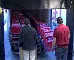 【おもしろ】スーパーのカートがキレイに脱走する映像