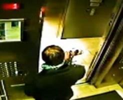 【閲覧注意】エレベーターにリードを挟まれた犬の運命は・・・