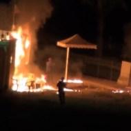 【衝撃映像:戦争】汚物は消毒だぁ~!!火炎瓶で警察署を襲撃!