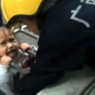 【衝撃映像:救助】運よすぎるwww頭が挟まって落下しなかった少女