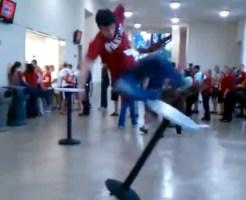 【衝撃映像:馬鹿】みんなの前で調子に乗ってテーブルにジャンプ!→失神・・・