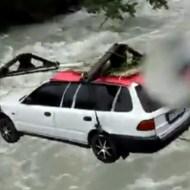 【衝撃映像:車】激流の上を車がワイヤーで移動!無事成功かと思ったら・・・