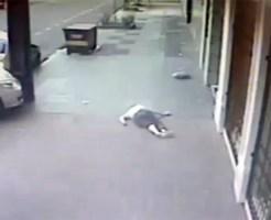 【衝撃映像:車】撥ね飛ばされた女性・・・リアルな事故はこんな速度で吹っ飛ぶ・・・