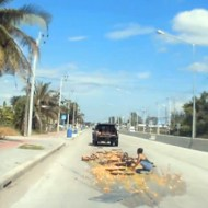 【衝撃映像:車】荷台から大量の卵が落下w道路を黄色に染め上げるwww