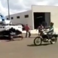 【グロ動画:事故】牽引ロープに気付かずバイクが通過・・・首の骨折れて即死・・・