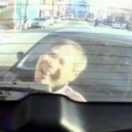 【グロ動画:車】車と車に挟まれた男性・・・痛くて叫んでる顔をアップで捉えた映像