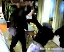 【衝撃映像:強盗】ナイフを持ってる強盗二人組みを椅子で撃退www