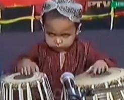 【おもしろ:子供】トランス状態で太鼓をぶっ叩く子供www