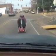 【衝撃映像:馬鹿】電動車イスで暴走するババアが酷すぎるwww