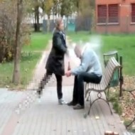 【おもしろ動画:喧嘩】酔った夫にブチ切れw頭をテキーラのビンでクラッシュwww