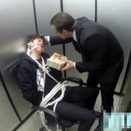【ドッキリ】エレベーターが開いたら縛られた男が脅迫されてるどっきり映像w