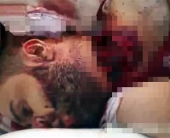 【グロ:シリア】兵士の首を切断して反政府勢力に見せ付ける・・・