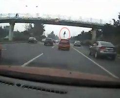 【閲覧注意】歩道橋の上から飛び降り自殺・・・良く轢かなかったなw