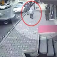 【ショッキング】歩道で無邪気な子供に猛スピードで車が突っ込む