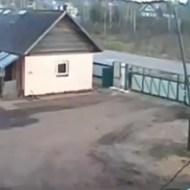 【閲覧注意】自動門扉にすり潰されていく4歳児