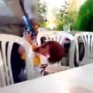 【衝撃映像】幼い子供に銃を与えたらパパを撃っちゃったw