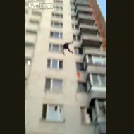 【自殺】ビルから人が次々飛び降りてくるんだけど・・・