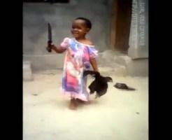 【微グロ】行きた鳥を持った幼い少女がナイフで首を・・・