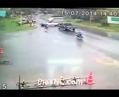 【衝撃映像】スリップ事故で車もバイクも無茶苦茶に・・・