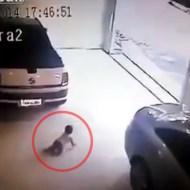 【閲覧注意】まだ歩けない赤ちゃんを車で思いっきり轢く父親