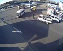 【衝撃映像】道路を渡る親子に車が突っ込む!子供にだけ奇跡が・・・