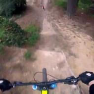 【衝撃映像】マウンテンバイクコースに子供が乱入!同じ方向に避け・・・