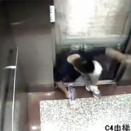 【恐怖映像】乗ろうとしたエレベーターが勝手に上がって挟まれ・・・男性が圧死していくまで