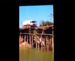 【ハプニング】木造りの橋を渡ろうとする大型トラック・・・予想通りすぎる展開に・・・