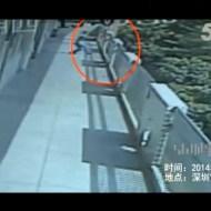 【自殺映像】原因はいじめ?10歳の子供が学校のバルコニーかた飛び降り自殺・・・【閲覧注意】