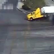【衝撃映像】貨物トラックVS列車が圧倒的過ぎるw