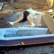 【グロレイプ】墓に収められた棺が引きずり出され遺体が死姦される