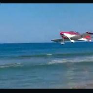 【衝撃映像】イタリアのビーチにセスナが通過・・・と思ったら墜落したw