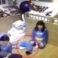 【殺人映像】幼稚園で泣いてる赤ちゃんを窒息させ殺す・・・