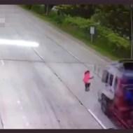 【死亡事故】狙いを定めて~~大型トラックに飛び込む! 動画有り