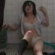 【JKレイプ動画】トイレで暴行されボロボロにされ女子高生が犯される動画・・・マジキチ過ぎる・・・