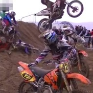 【グロ注意】モトクロス史上最悪な事故・・・ジャンプしたバイクで顔面が潰れる
