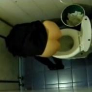 【本物盗撮】トイレで泥酔した少女を盗撮したらマングリ返ししだしたwww