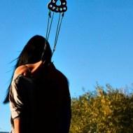 【閲覧注意】女の子が背中に金具を突き刺され、吊られるまで