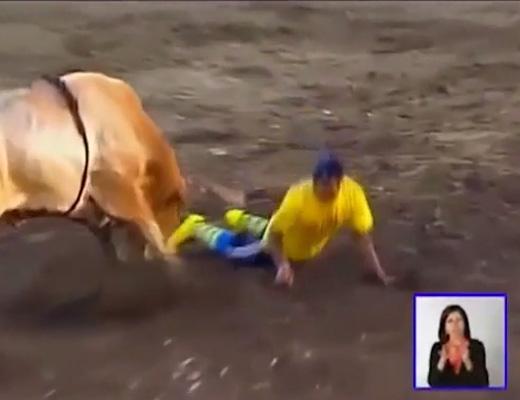 【衝撃映像】闘牛ってかがんだら回避できるんじゃね?→安直バカが試してみた結果www