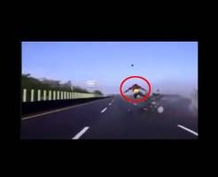【衝撃映像】シートベルトしてなくて事故ったら2秒だけ空飛べた・・・w