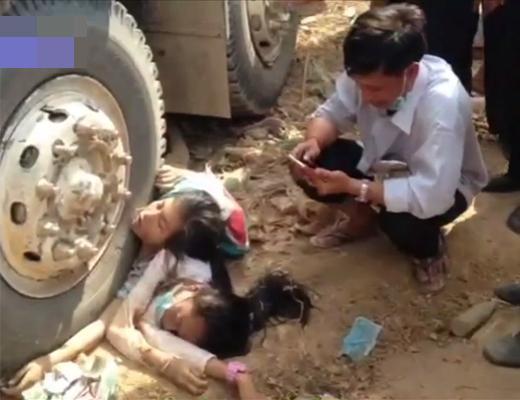 【閲覧注意】車に轢き殺された2人の少女・・・その前で泣きながらスマホを弄る母親