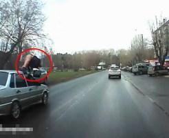【エログロ】ミニスカ女が事故に遭ったらパンツ丸見えで飛んでいった ※事故映像